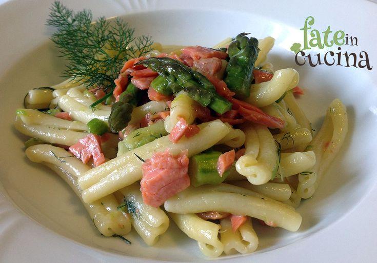 Oggi vi proponiamo un primo piatto di stagione che si prepara in 10 minuti ma che vi farà leccare i baffi: le Caserecce con Asparagi e Salmone.