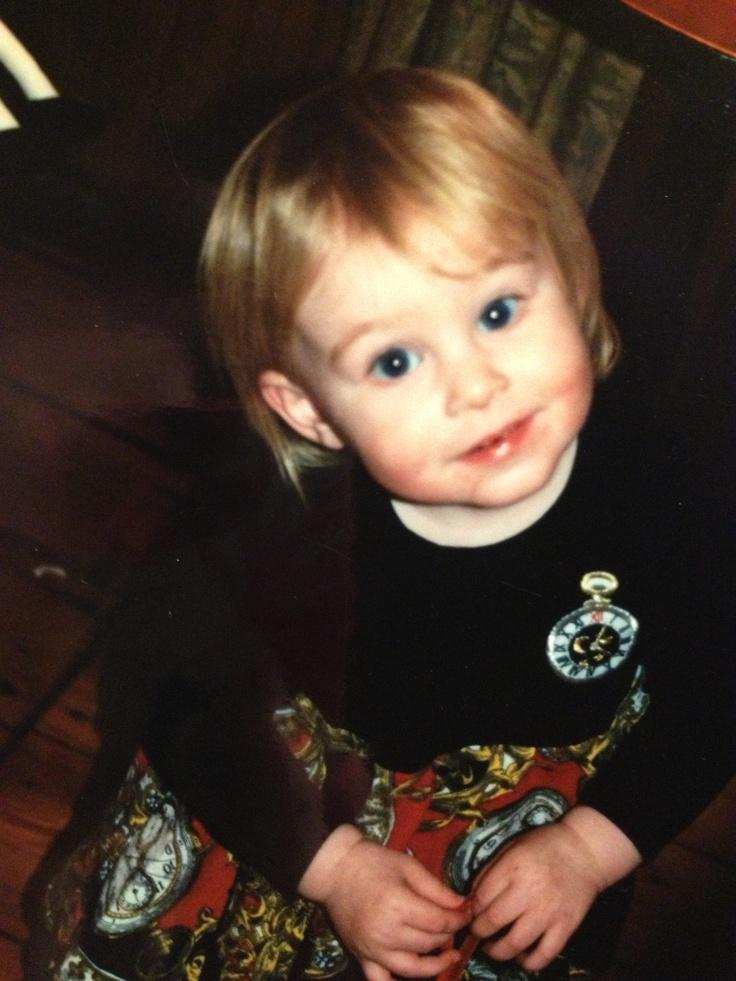 Ero avevo due anni nella foto. Da sola. Avevo i capelli corti e occhi azzurri. Ero alla festa di New Years. Faceva molto fresco e ci sono neve. Ero felice nella foto. Facevo ha giocato con miei cugini quel giorno.