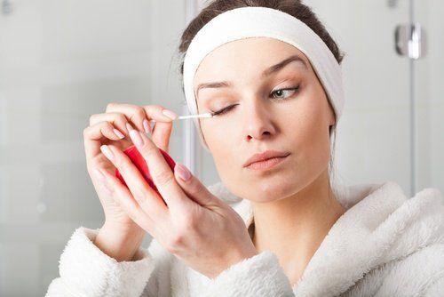Οι περισσότερες γυναίκες θέλουν να ξυπνούν όμορφες το πρωί. Όμως, λόγω του άγχους και της κόπωσης της ημέρας, γενικά πηγαίνουν για ύπνο χωρ...