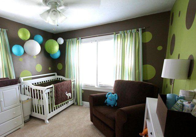 déco chambre bébé en vert et marron à pois et avec lanternes