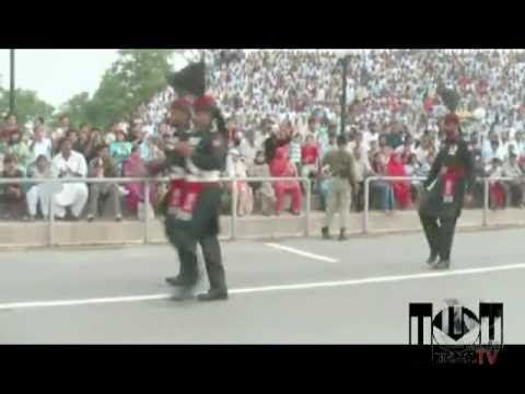 """3.1.3. Ceremonia militar del cierre diario de fronteras entre India y Pakistán. Los uniformes y los movimientos de la guardia de ambos países, """"adaptados"""" del ejército británico, son un ejemplo de la profunda influencia ideológico-cultural que aún perdura en las instituciones de los antiguos territorios del Raj."""