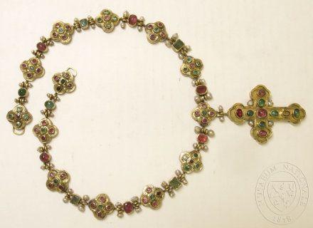 Článkovaný řetěz posázený drahokamy a perličkami, náprsní křížek. 1470-1550