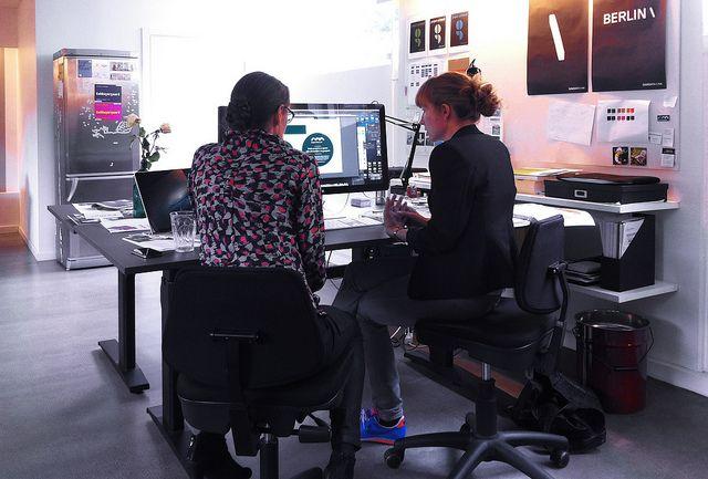 Kreativt skærmmøde på kontoret.