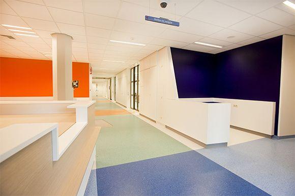 Het Canisius Wilhelmina Ziekenhuis in Nijmegen bestaat inmiddels 15 jaar. Gedurende deze periode heeft de zorg zich doorontwikkeld en zijn de wensen van gebruikers en cliënten veranderd. Het CWZ past haar afdelingen één voor één aan de huidige maatstaven aan. De Dialyse-afdeling, naar ontwerp van 2doubleyou, was als eerste aan de beurt. Wat opvalt zijn de goede logistiek, het functioneel meubilair en de heldere kleuren.