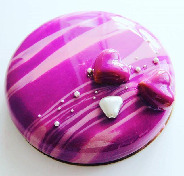 Муссовый тортик в фирменном цвете. Внутри: миндальный бисквит дакуаз, ежевичное конфи, мусс на молочном бельгийской шоколаде.