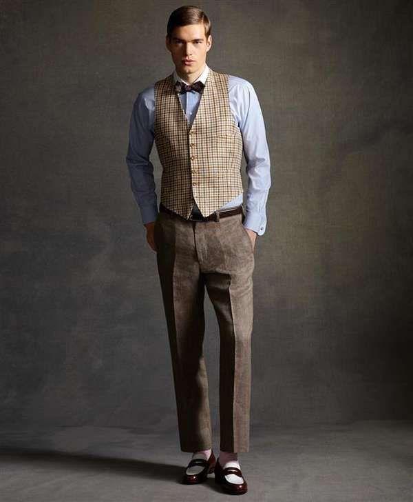 Модель в брюках со стрелками, клетчатый жилет и голубая рубаха с бабочкой в стиле Гетсби