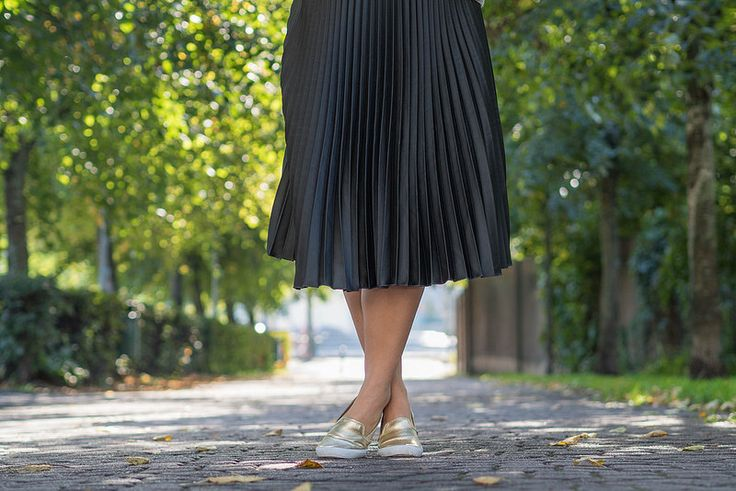 Pleated midi-skirt with gold loafers   Outfit   Pitsiniekka