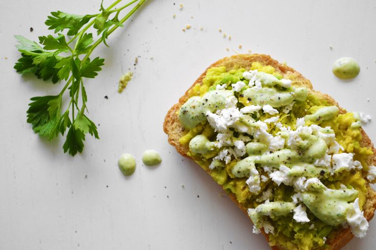 σάλτσα κάσιους-μοσχολέμονο για φρυγανισμένο ψωμί με avocado, φέτα