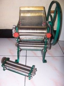 mesin ini akan membantu proses pembuatan mie anda. Mie yang dihasilkan alat ini beragam, mulai mie pipih hingga bulat.  Spesifikasi : Type : MM3 Dimensi : 330 x 300 x 380 Mm Pengoperasian : Manual Ukuran cetakan : 2 Mm