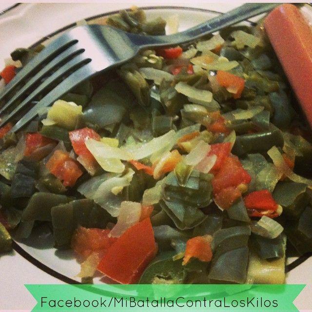Bonito inicio de semana a todos 😀 desayuno: nopales, jalapeño, tomate, cebolla, queso asadero, salchicha de pavo... #cactus #nopal #pepper #onion #tomato #cheese #turkeysausage #lowcarb  #lowcarblovers #lchf #atkins #bajoencarbohidratos #mibatallacontraloskilos