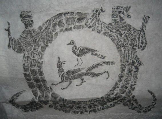 """(一) """"伏羲女娲捧月""""  此画像石出土在江苏徐州附近农村的东汉时期的墓室中,规格为40*40厘米,属汉带代画像石中的精品       伏羲女娲以对偶神的构图形式出现,女娲,伏羲手中捧着着日,两神身体为基本完整的人形,两腿之外有蛇身,其尾相交,相交的蛇尾提示着日月合璧的含义,表示繁衍子孙的信仰,内有""""三足鸟""""-----(表示""""太阳"""")和""""九尾狐""""-----(表示""""子孙后代繁衍昌盛"""")."""