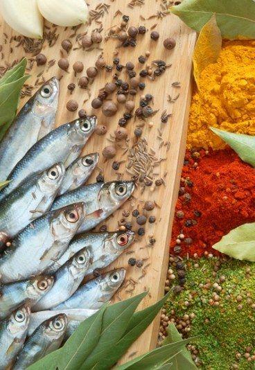 Tatar ze śledzia po węgiersku M. Gessler - przepis - Tatar ze śledzia po węgiersku Dla kulinarnych smakoszy kochających ryby tatar ze śledzia to nie żadna nowinka, jednak tatar ze śledzia po węgiersku to oryginalna wariacja na temat dobrze znanego przysmaku...