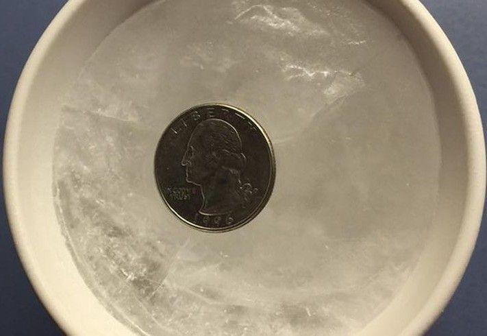 Zanim wyjedziesz na dłuższy czas na urlop włóż do zamrażarki monetę. Zobacz dlaczego!