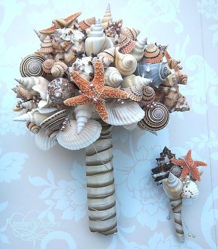 alternative bouquet idea for a fashionable, beachy bride