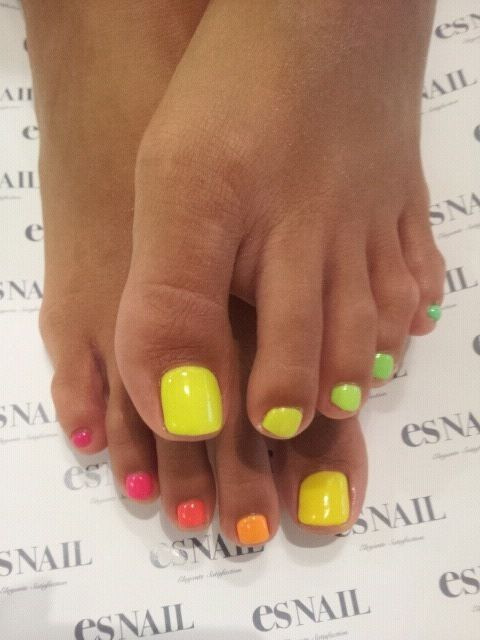 Lekker zomers ☀️ neon nails nailart rainbow bright summer pedicure toes toenails