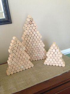 * ~ SLECHTS EEN BEPERKT AANTAL GESCHIEDT ~ *  Op zoek naar iets uit de doos te gebruiken voor decoratie tijdens de komende vakantieperiode? Of misschien een uniek cadeau voor die kieskeurig vriend? Zoek niet verder...  Mijn favoriete deel over deze bomen is dat ze kunnen helemaal gepersonaliseerd worden. U kunt decoreren maar u wilt, of u wilt schilderen, sommige linten opplakken of gebruik het als een kurk boord om sommige vakantiefotos opgemaakt! Zoveel verschillende manieren kunnen ze…