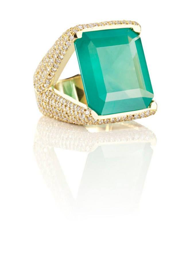 Anel Fortune. Em ouro amarelo com esmeraldas e diamantes africanos.