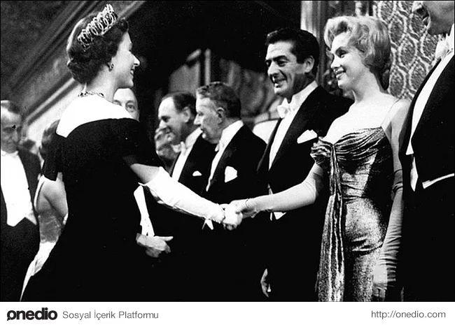 Marilyn Monroe Kraliçe 2. Elizabeth ile tanışıyor, 1956