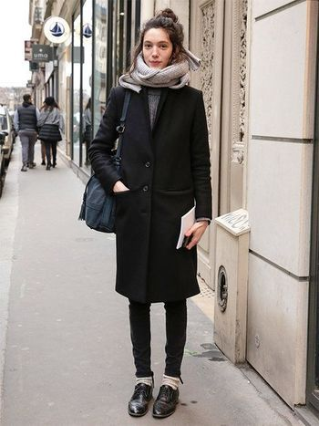 モノトーンコーデは海外でも人気です。かっちり着たコートにラフに巻いたストールがかわいいですね。