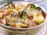 Tortellini Bolognese uit de oven met broccoli en Parmezaanse kaas