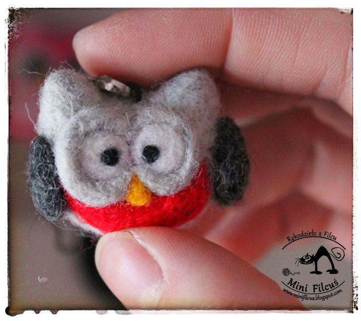 Owl - felted phone pendant http://minifilcus.blogspot.com/2014/04/uwaga-znow-zanudzam-sowami.html