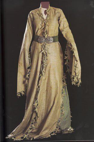 "Èntari, the end of 19 century. Original taken from marmara_calypso in Ottoman Turkish women's dresses women's dresses ""èntari"" was x-shaped silhouette, hinged on the center of the waist line."