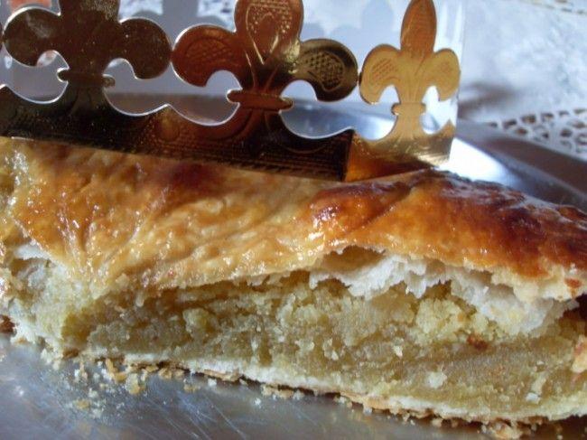 Galette des rois à la frangipane (Vegan)  Ingrédients : 2 pâtes feuilletées (BioBleud) 220 gr de poudre d'amande 90 gr de sucre blond en poudre 20 gr de poudre impérial 3 CàS de crème d'avoine liquide 75 gr de margarine végétale en pommade 1 CàS d'extrait de vanille 1 càc d'extrait d'amande 1 fève et une couronne Pour la dorure et la brillance : 2 CàS de crème d'avoine liquide 1 càc de fructose en poudre 2 CàS de sirop d'agave environ