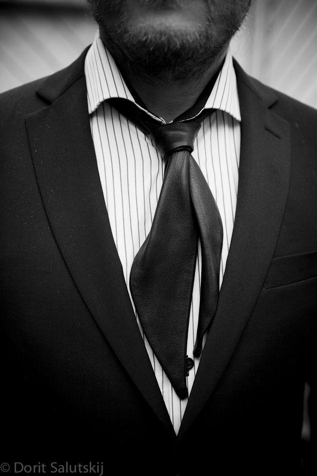 Tie-like leather scarf 'Johnny' for groom | gTIE Neckwear & Accessories | for those who love dresses, photo: Dorit Salutskij