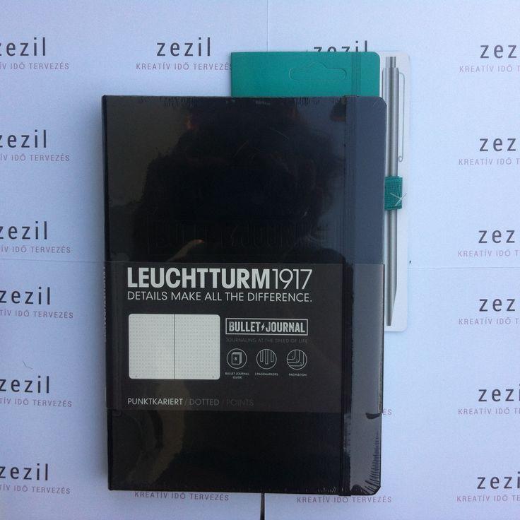 Fekete színű Leuchtturm1917 Bullet Journal smaragdzöld színű tolltartó gumival.  Leuchtturm1917 | pen loop | zezil