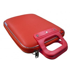 Bombata iPad case in RED. This laptop case is made in pebble finish rubber and has an adjustable shoulder strap for easy carring.  Available in bright colors, Bombata bags are ideal to carry your iPad for both work and fun.