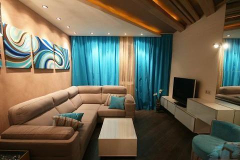 Интерьер гостиной в песочно-голубых тонах