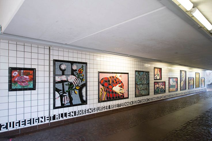 #Ahrensburg Große und kleine Bilder aus vielen bunten Keramikfliesen säumen die beiden Wände. Ein Thema verbindet alle: Auf jedem Bild sind Frauenhände zu sehen, und zwar als Ausschnitte aus bekannten Werken von Picasso, da Vinci, Magritte und vielen anderen.