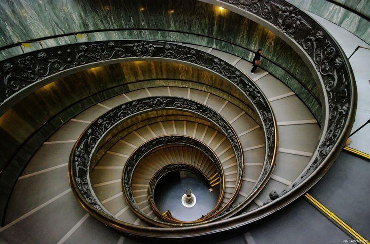 Prespectiva que nos permite observar a beleza da escada em espiral projetada por Giuseppe Momo em 1932.