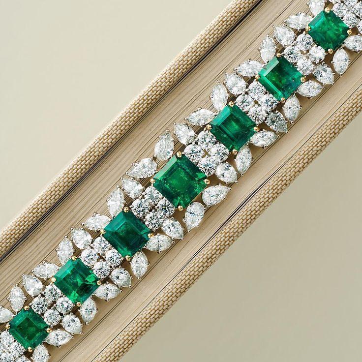 Braccialetto in oro bianco, smeraldi e diamanti.