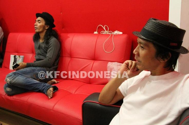 Kaka dan Bimbim Slank sedang melihat Aura Kasih take vokal jelang KFC Adu Bintang