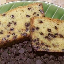 Torta de vainilla con chispas de chocolate.