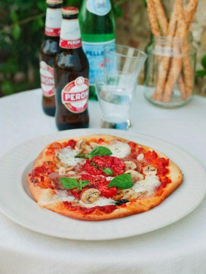 Det här är en pizzadeg som man med fördel kan baka när det är knappt om tid. Medan degen jäser hinner man förbereda fyllningen. Botten blir härligt frasig...