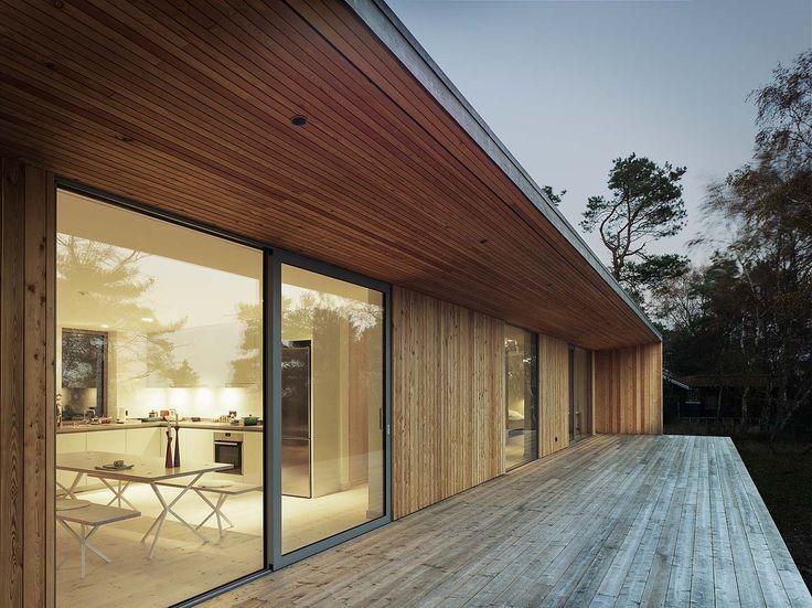 Det nätta sommarhuset är inkilat i skogen i Beddingestrand vid Skånes sydkust.