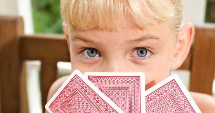"""Regras do jogo """"UNO Attack"""". O """"Uno Attack"""" acrescenta uma nova maneira de diversão aos tradicionais jogos de cartas. Em vez de retirar as cartas da pilha quando não puder jogar em sua rodada, você deverá apertar um botão e um lançador de cartas poderá distribuir várias cartas para você. O objetivo do """"Uno Attack"""" é alcançar 500 pontos. Você marca pontos ao ser o primeiro ..."""