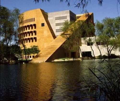 4. BIBLIOTECA CENTRAL DE MONTERREY, 1994. Con un área de 24, 000m2, para la Universidad Autónoma de Nuevo León. Elaborado tratando de integrarse con lo construido en el área. Se trata de una biblioteca con dos funciones, como centro de información del sistema de biblioteca de la Universidad y como enlace con otras instituciones vía satélite.