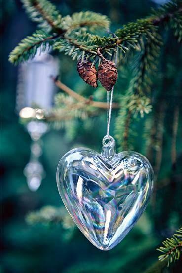 Ünnepek után Ha majd kialszanak a karácsonyi lángok, s a fenyőfákról lehull a színes fényruha, a világ olyan lesz, mint ünnepek előtt, olyan kegyetlenül szürke, rideg mostoha.  Pedig a szeretet ott virágzik bennünk, ott árasztja szépsége a szirmok illatát, csak mi felejtjük el, nem pár napra szól az ember ember iránti megnyilvánulás. Kun Magdolna