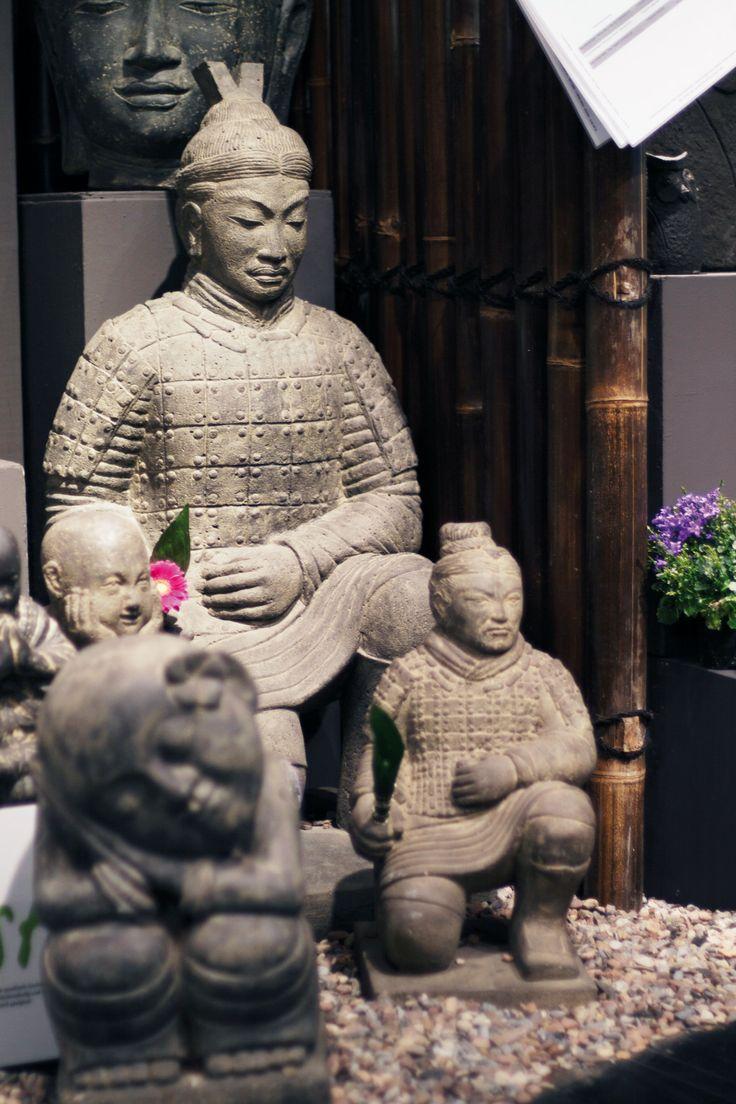 Wer nicht den ganzen Weg zu einer Ausstellung machen möchte, um die berühmte Terrakotta Armee zu betrachten, kann sich natürlich eine solche Figur (oder 10) nach Hause holen. Ob knieend oder stehend, Eindruck schinden die Krieger immer und in jeder Größe. #terrakottaarmee #terrakotta #tonkrieger #steinfigur #asien #china #gartendeko #asiastyle