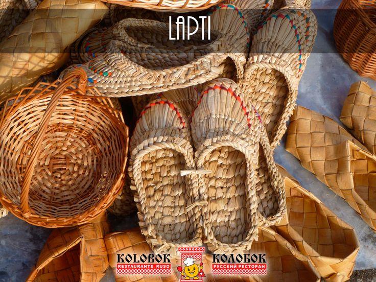 Una especie de zapatos o alpargatas tejidos con corteza de árbol o líber, durante muchos siglos fue el principal calzado de la población rural, es decir, del 90 % de los rusos. Son probablemente el calzado más conocido en el territorio del país y uno de los más antiguos.