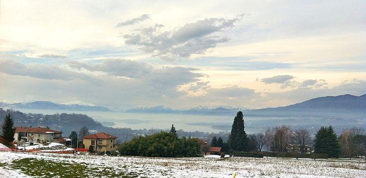 L'isola che non c'è, giochi di #nebbia sul #lago di #Varese. Vista dalla piazza Ghiringhelli in #Azzate (Va)