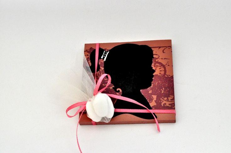 Κανδράκι ξύλινο 10cm*10cm με θέμα την φιγούρα little girl  Περιλαμβάνει 3 κουφέτα αμυγδάλου Χατζηγιαννάκη