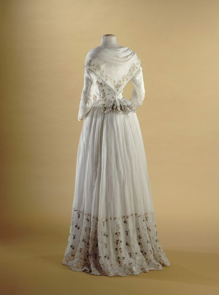 Caraco et jupe |Madame Elisabeth c. 1789. It's tiny and the embroidery is beautiful in person.