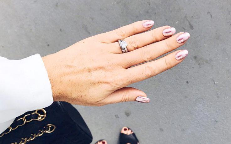 Stijlvol het nieuwe jaar in? Je hebt je outfit misschien al weken in de kast hangen, maar hoe zit het met je nagels?Ga dit jaar voor een hippe chrome-look!