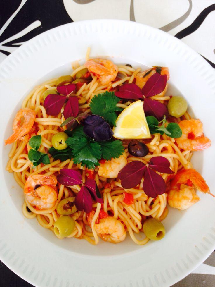 #spaghetti #marinara #prawns #shrimps #tomatosauce #green #olives #garnish #lemon #chili #onion #garlic