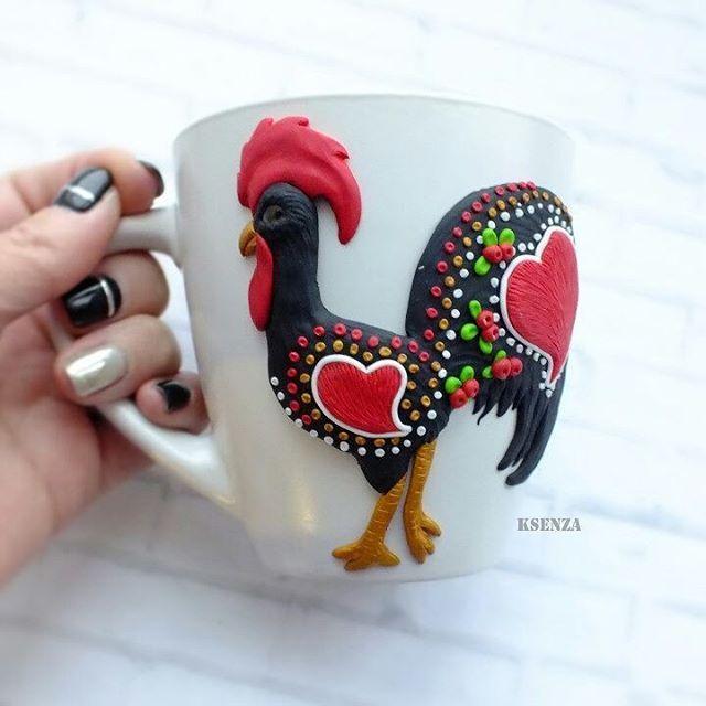У меня в телефоне,  папка картинок с петухами просто забита напрочь.  Надо хоть немного реализовать из задуманого. #полимернаяглина #пластика #ярмаркамастеров #фимо #кружкасдекором #кружканазаказ #петух #петухсимволгода #polymerclay #mug #handmade #livemaster #cup #rooster