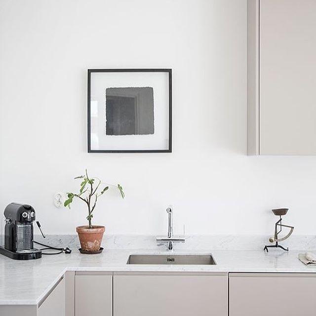 Waar heb jij jouw koffiemachine staan? ☕️ zie link in bio. #koffie #koffiemachine #coffee #coffeemachine #keuken #kitchen #kok #kuche #bolig